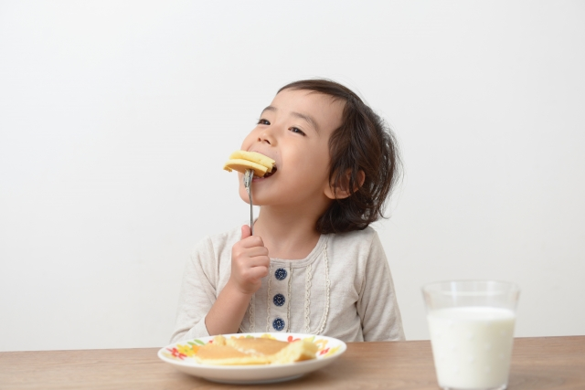 パンケーキを食べる子供